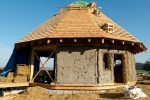 Pokládka dřevěného šindele, slaměné stěny a hliněné omítky - Šumava